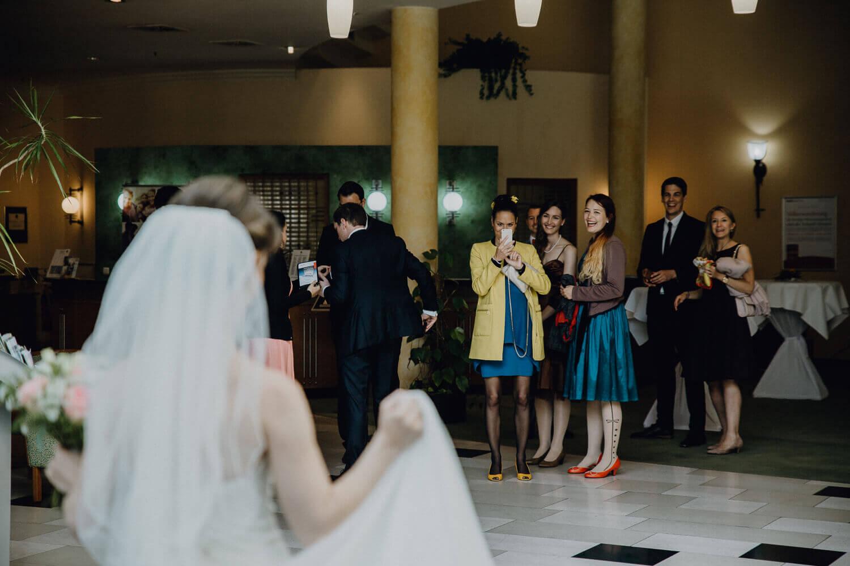 Hochzeit Dresden Gäste sehen Braut