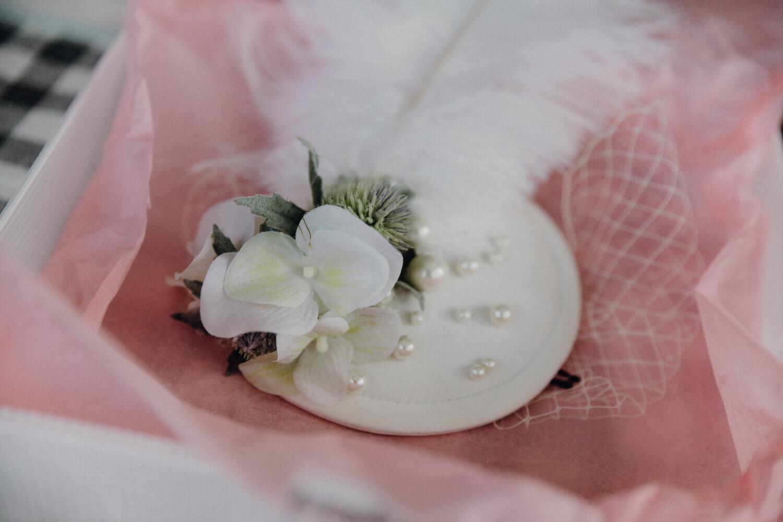 Getting Ready Detailaufnahme Brautkleid