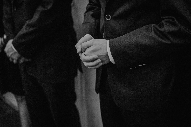 Bräutigam vor dem Standesamt